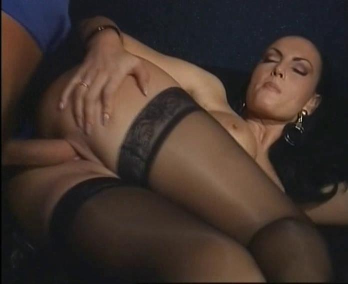 Главную героиню этого порнофильма зовут лаура — photo 1