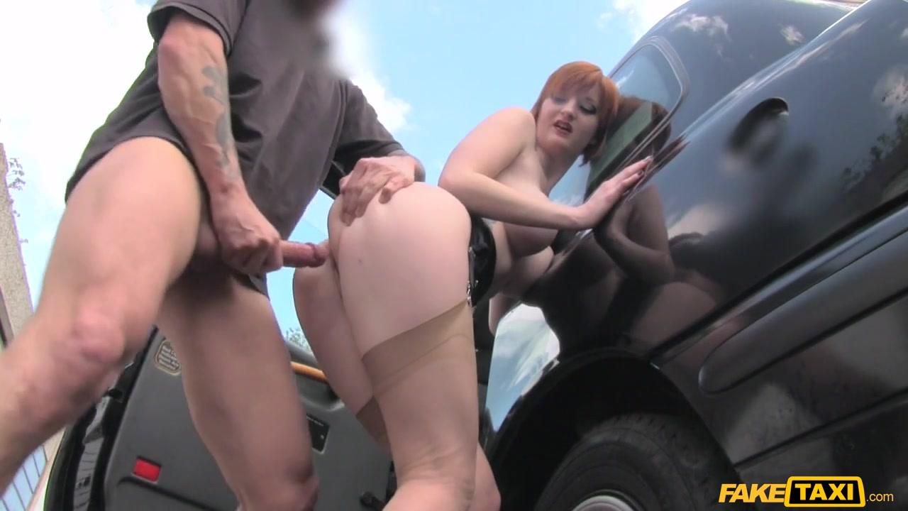 Молодая рыжая в машине порно