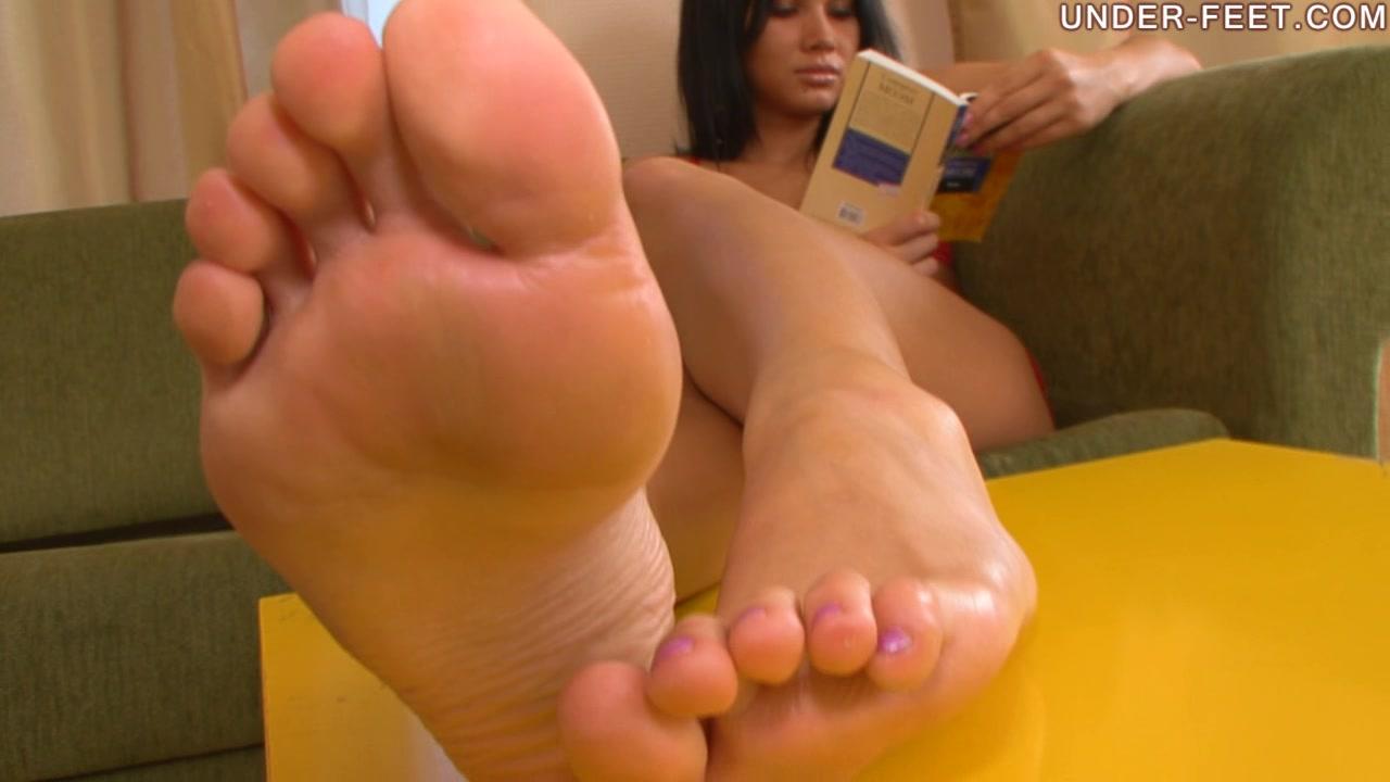 porno-video-under-feet